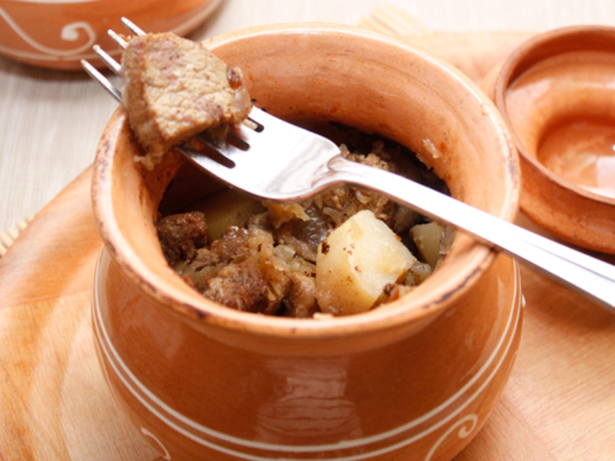 Рецепт приготовления мяса с картошкой в горшочках в духовке с фото