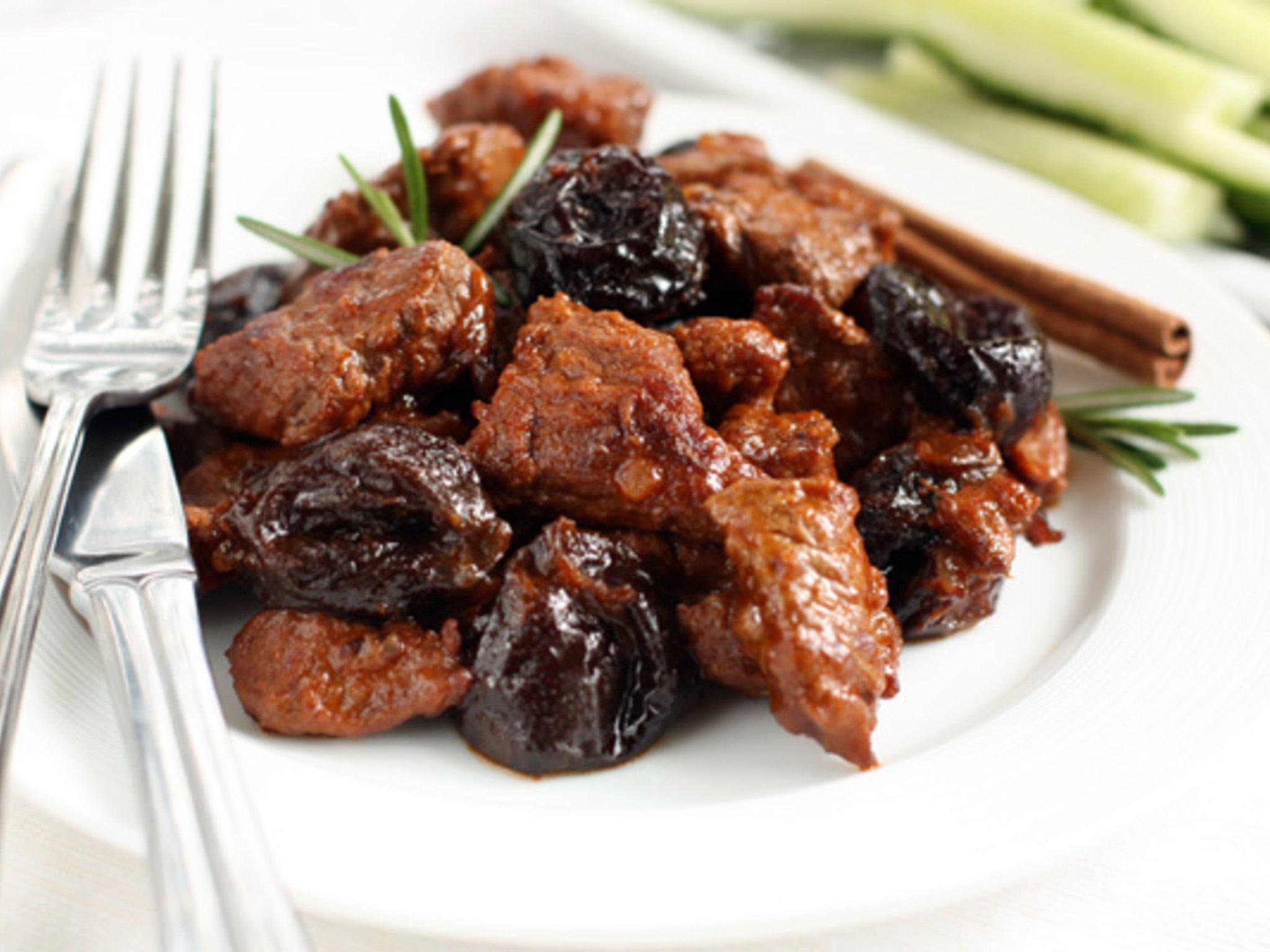 Потушить мясо с черносливом